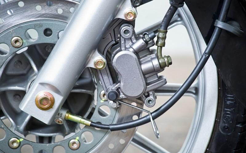 Дисковые тормоза переднего и заднего колес с двухпоршневыми суппортами