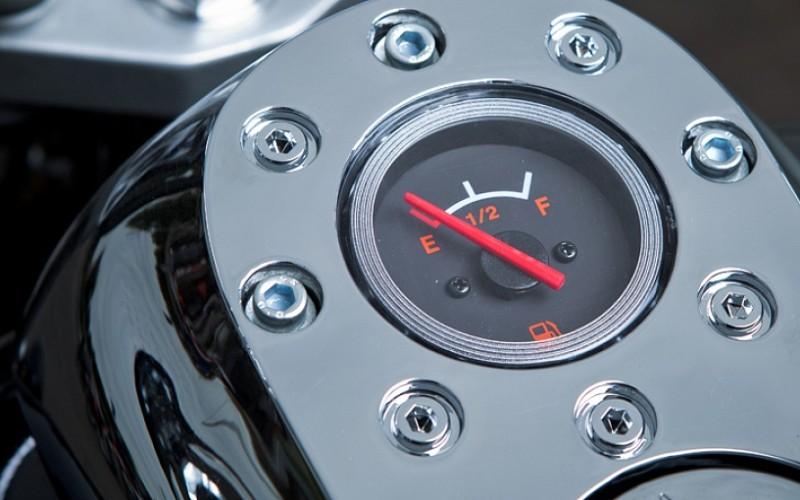 Указатель уровня топлива на бензобаке